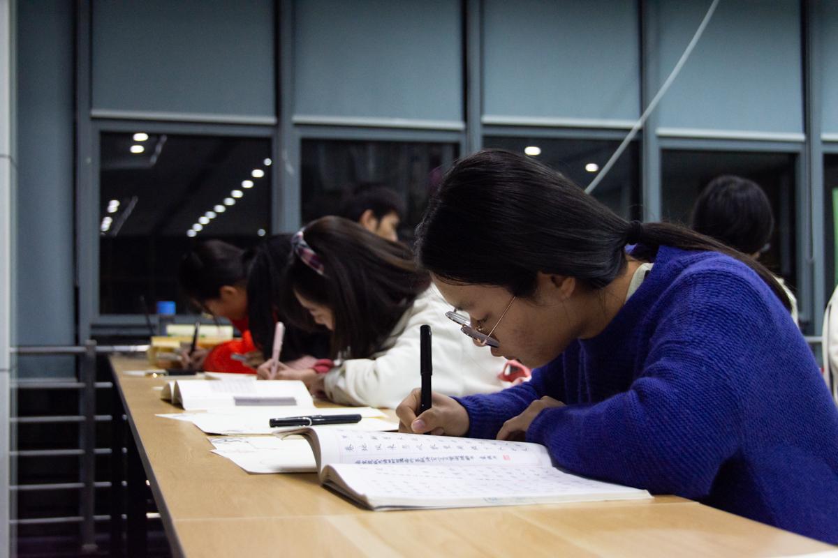 同学们体验硬笔书法的乐趣【学通社记者 万思邑 摄】