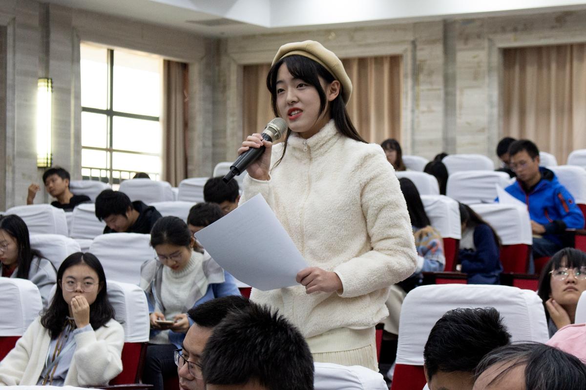 活动现场同学们正在问问题【学通社记者 张晨夕 摄】 (2)