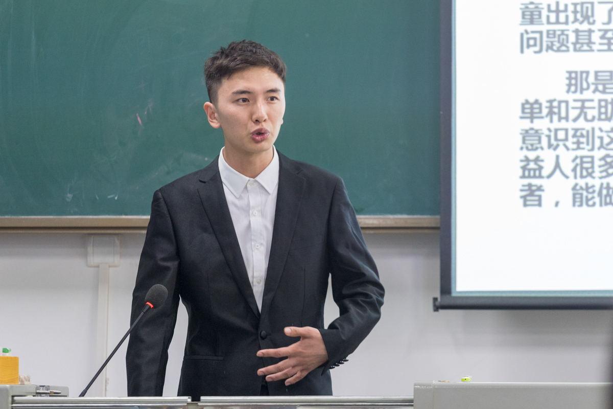 十佳青年志愿者获得者牛犇正在演讲 【学通社记者 刘博文 摄】_看图王
