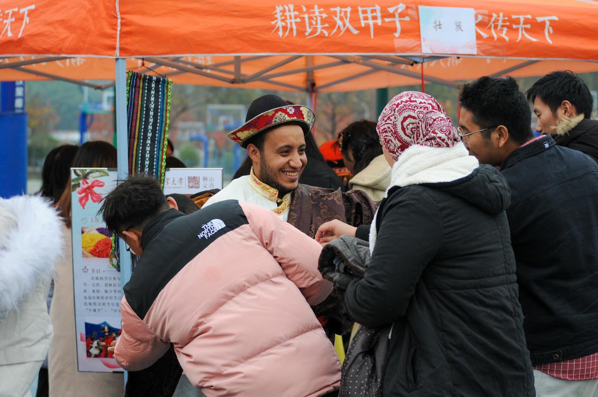 外国人体验中国少数民族服饰【学通社记者 严汉翀 摄】
