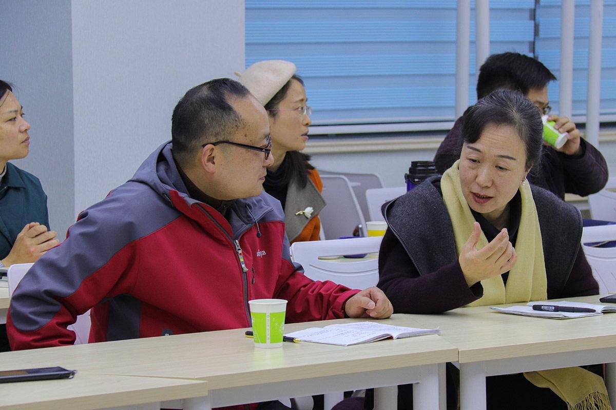 老师进行讨论 摄影:洪小宝_看图王
