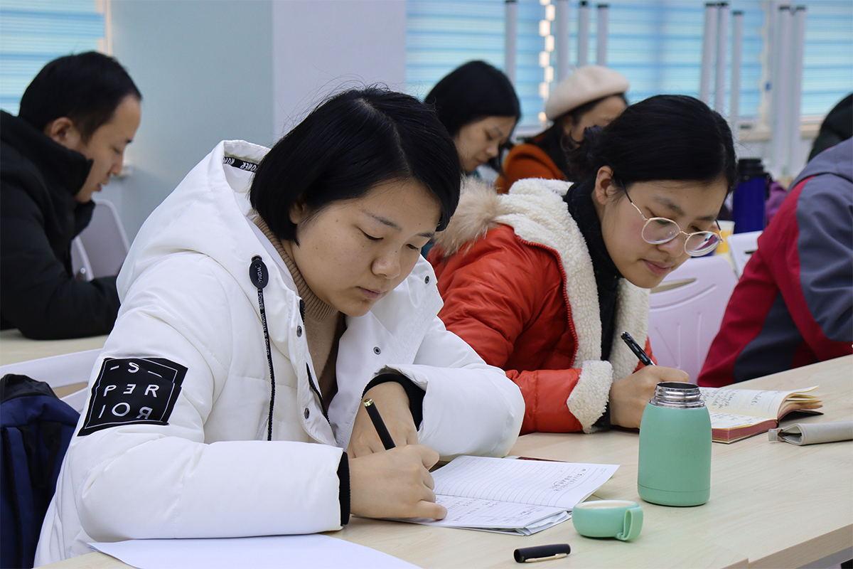 老师认真做会议记录  摄影记者韦静_看图王