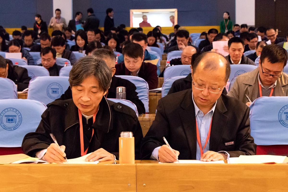 校党委书记高翅与校长李召虎正在填写选票【学通社记者 周丹丹 摄】