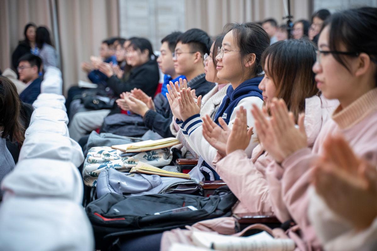 选手展示微党课完毕,学生们热烈鼓掌 【学通社记者 刘博文 摄】