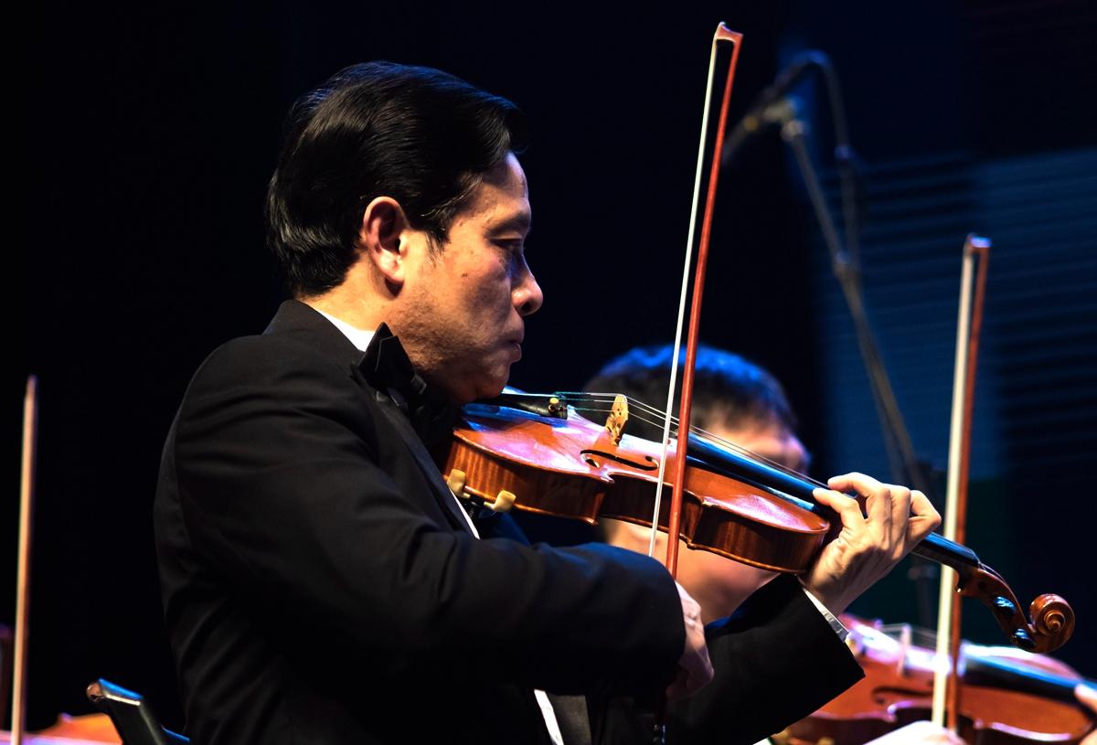 武汉室内音乐会上的小提琴手【学通社记者 包丞 摄】