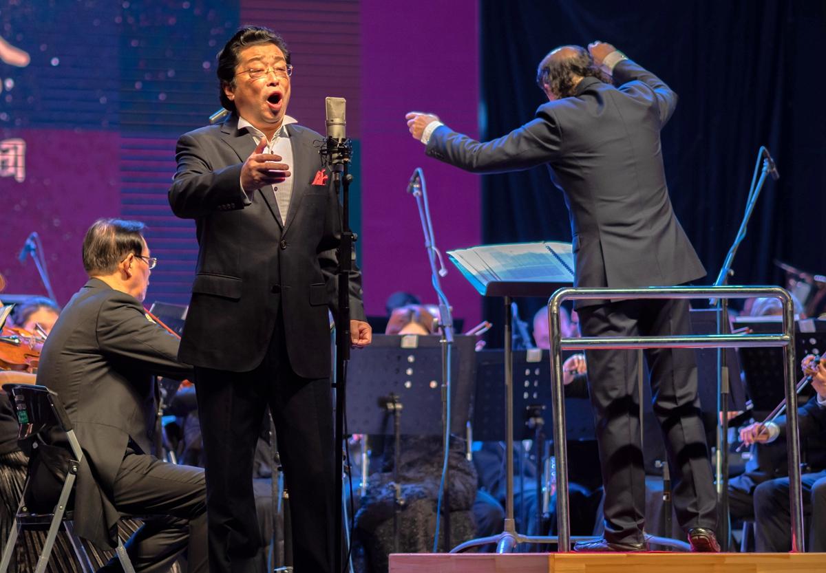 武汉室内音乐会上男高音带来的演唱【学通社记者 包丞 摄】