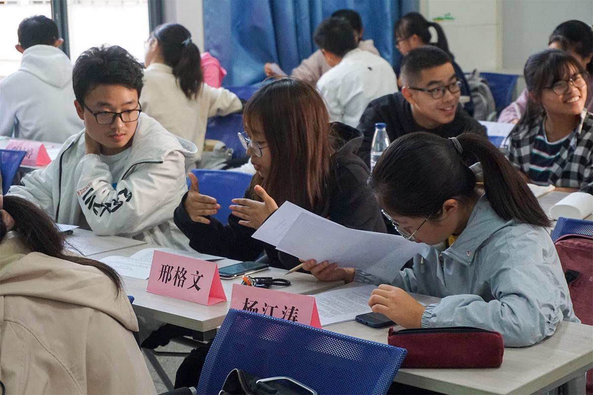 学生进行小组讨论 摄影记者:魏雪妍