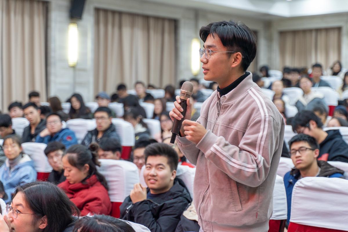 听众向陈波教授提问 【学通社记者 刘博文 摄】