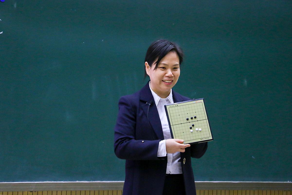 李小霞老师的李小霞老师在C++语言课堂上用棋盘作为类比来帮助同学理解【供图 教学信息中心记者 成路遥】