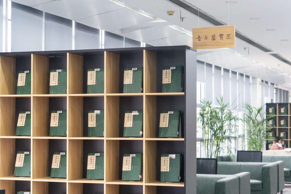 图书馆书展一角(学通社记者 汪梓言 摄)