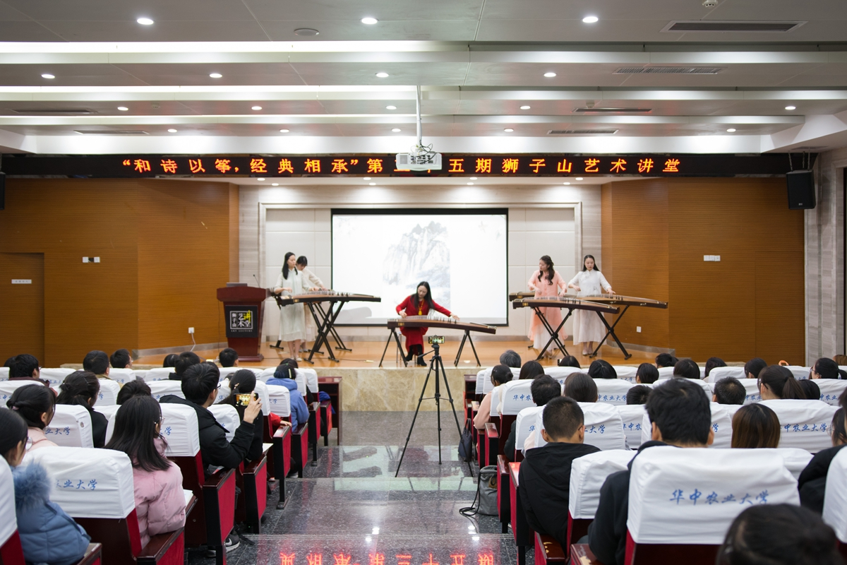 高雁老师及其学生正在表演中【学通社记者 欧静 摄】