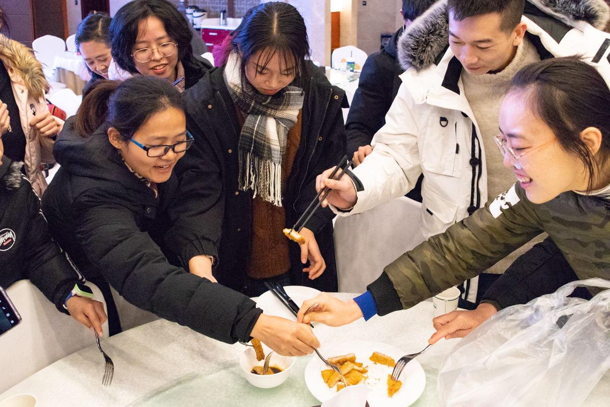 猪排上桌后,现场观众迫不及待地想要品尝【学通社记者 周丹丹 摄】_看图王