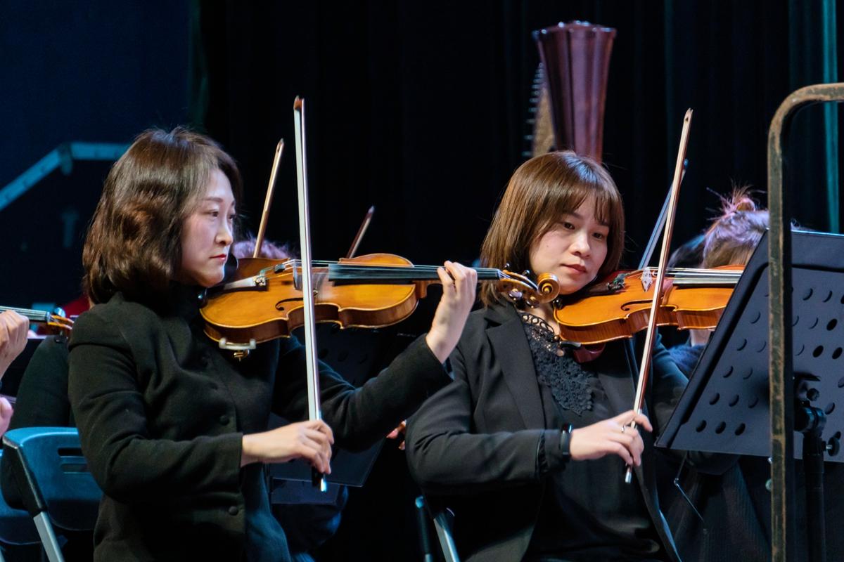 爱乐乐团第一小提琴手与第二小提琴树手演奏【学通社记者 孟辰玥 摄】