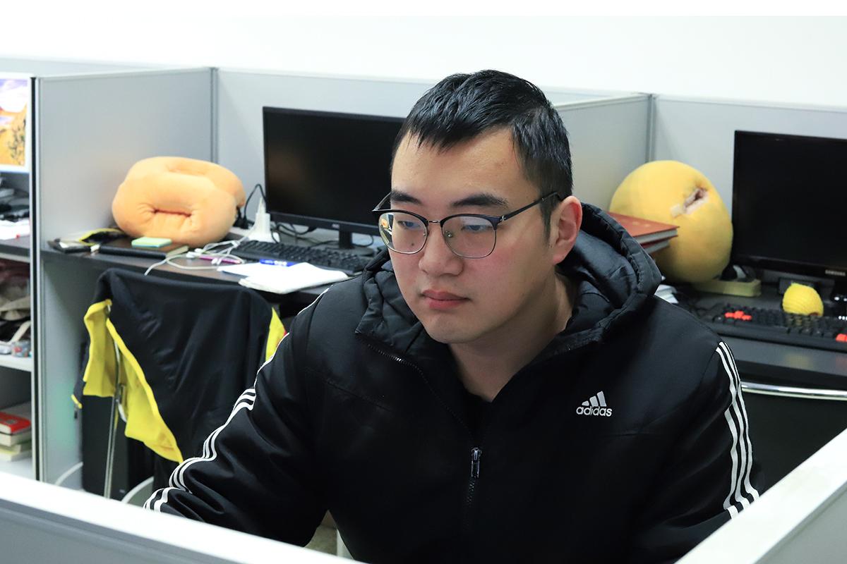 孙嘉旻在实验室研究数据【学通社记者 汤海静 摄】