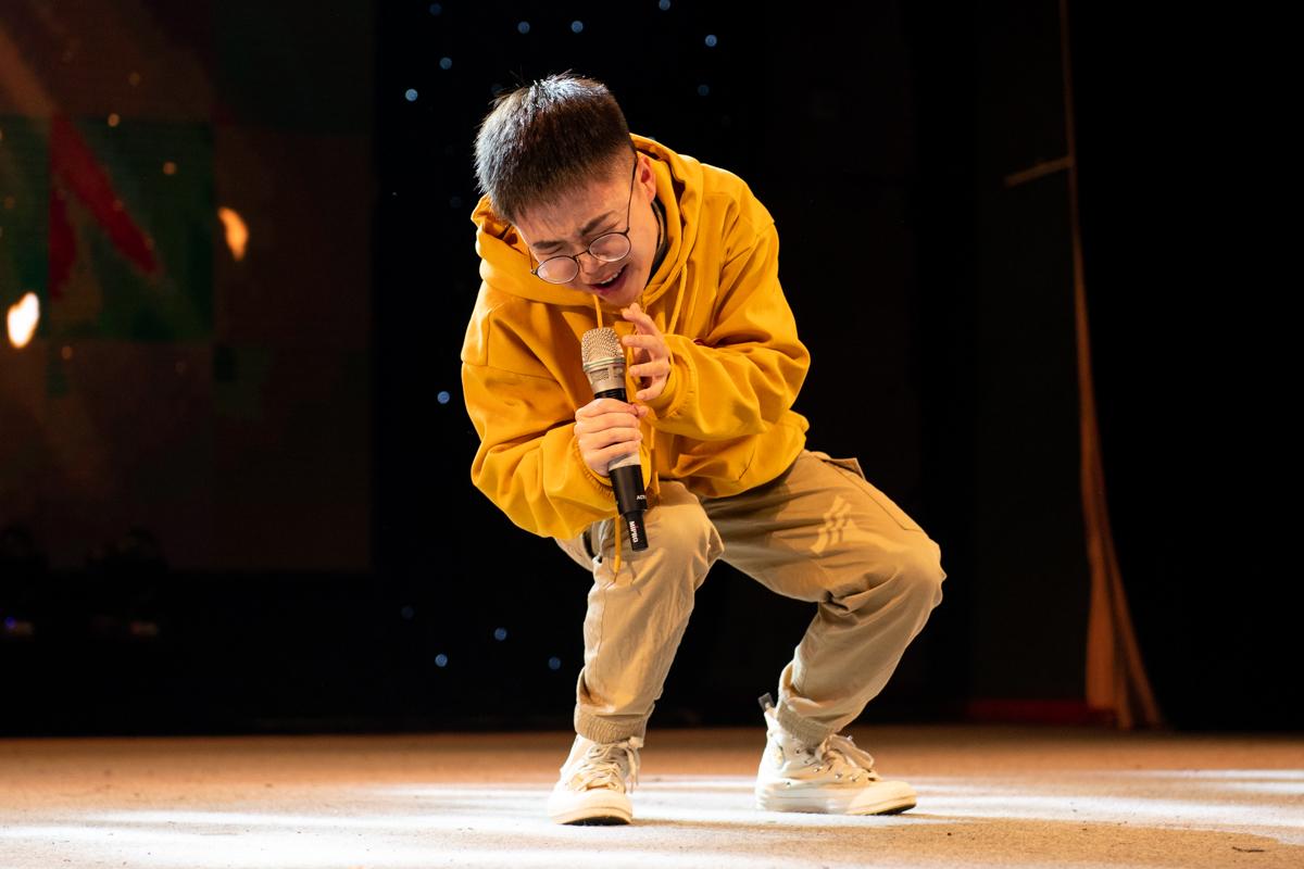 俞培孟演唱《歌颂者》(学通社记者 徐嘉其 摄)