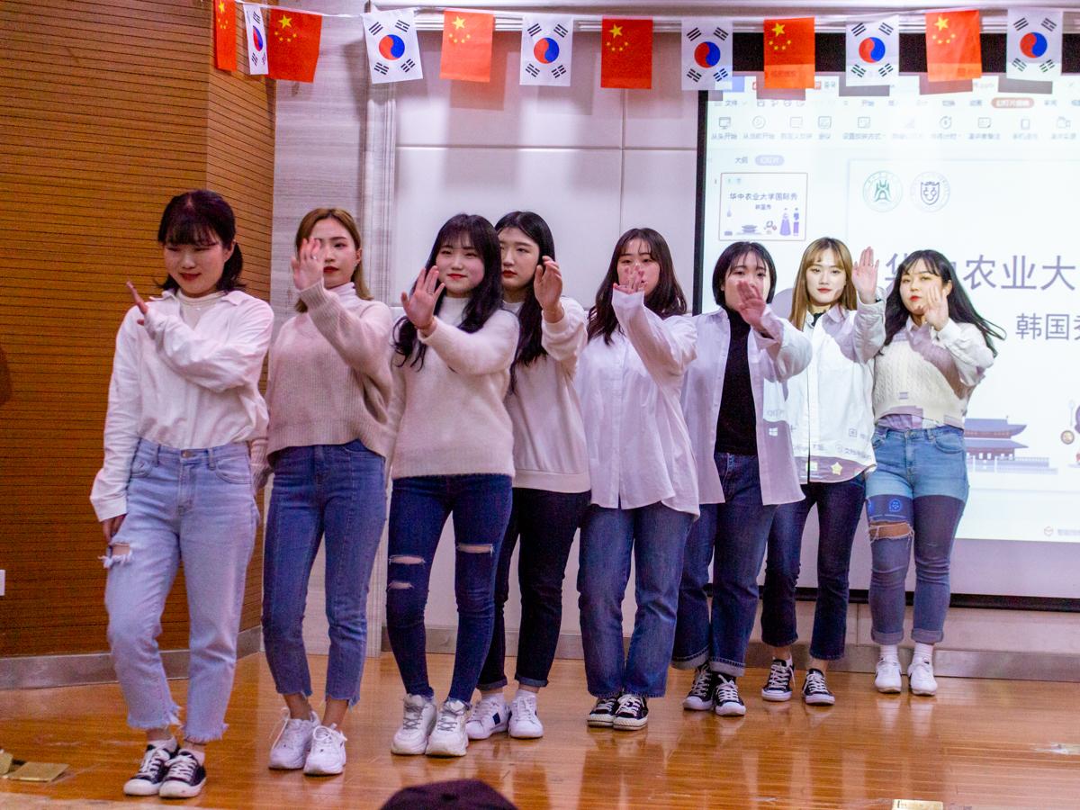 韩show活动现场韩国留学生在表演舞蹈【学通社记者 张晨夕 摄】