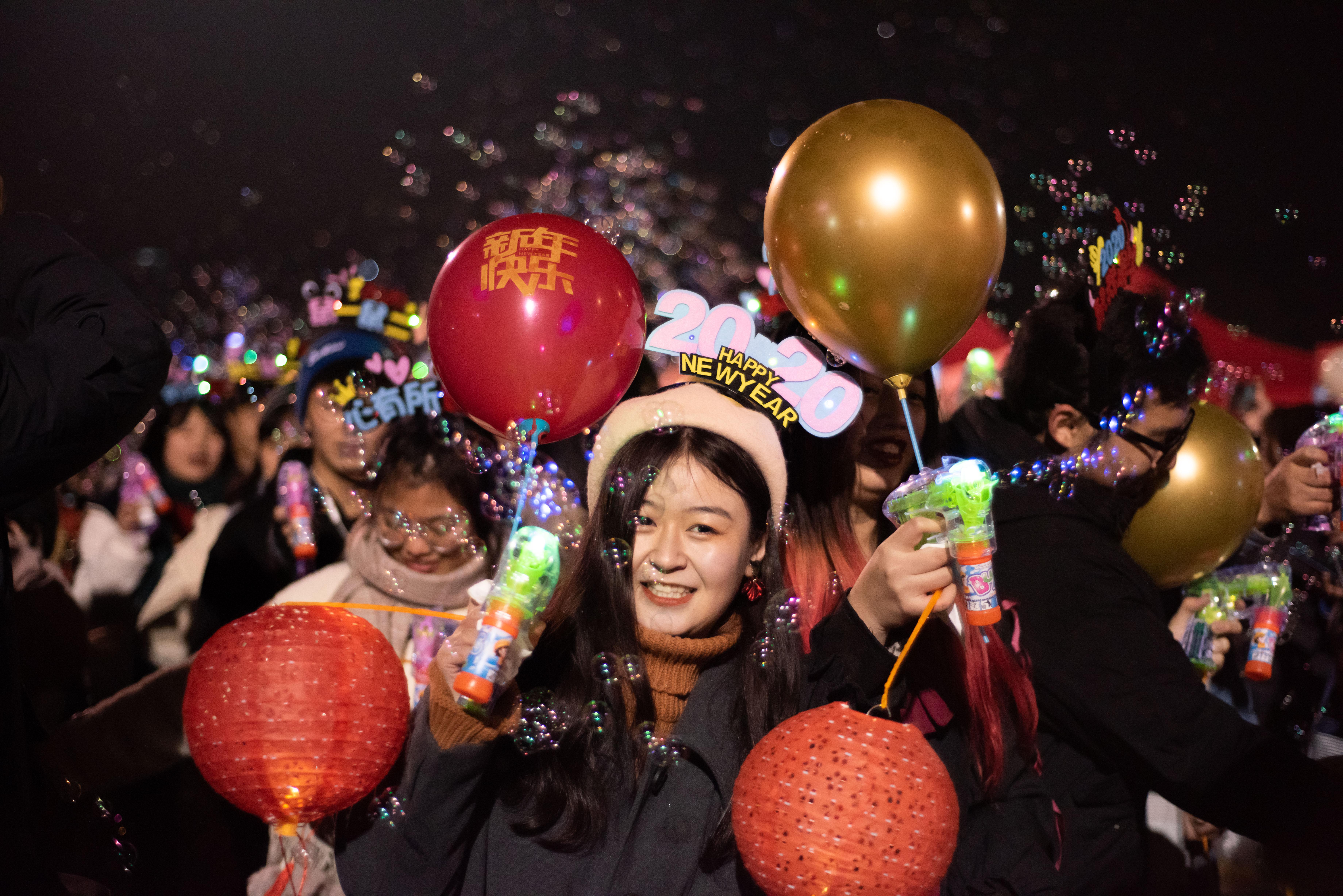 新年游行中的笑脸【学通社记者 田益铭 摄】