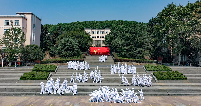 原创大型广场音乐舞蹈人体雕塑《红旗颂》表演现场 【通讯员 王梓安 摄】