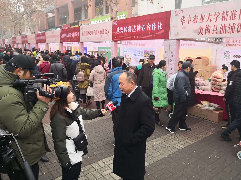 村支部书记柳志安接受采访