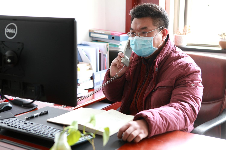 学校疫情防控指挥部工作人员正在协调处理相关事宜