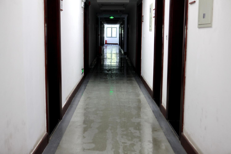 学校办公区实施严格的消毒杀毒