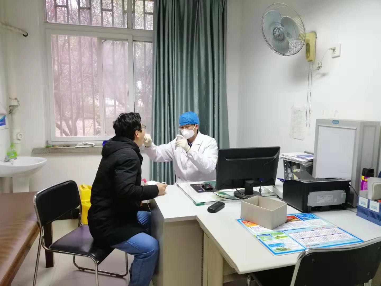 校医院医护人员在为就诊病人看病 (2)