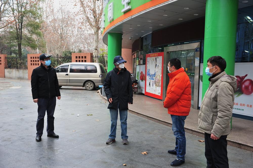 7慰问梧桐路中百超市工作人员