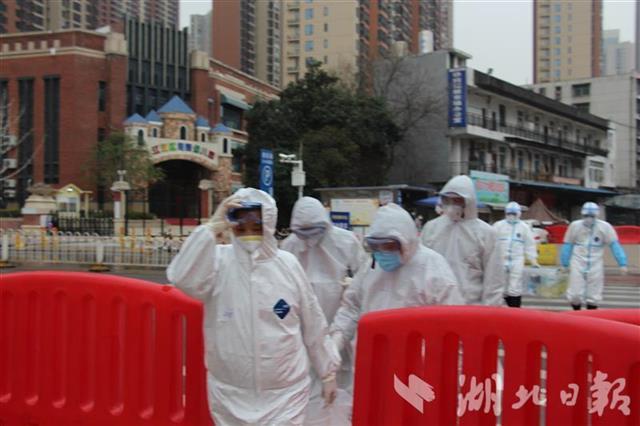 2月2日,金梅林团队和科研攻关研究专家组其他成员一起在华南海鲜市场采样