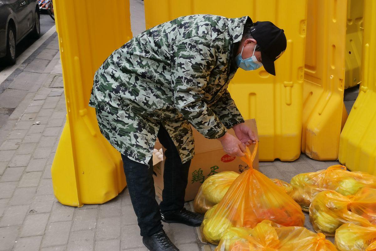 图片14-韩娅红父亲韩本明分发菜