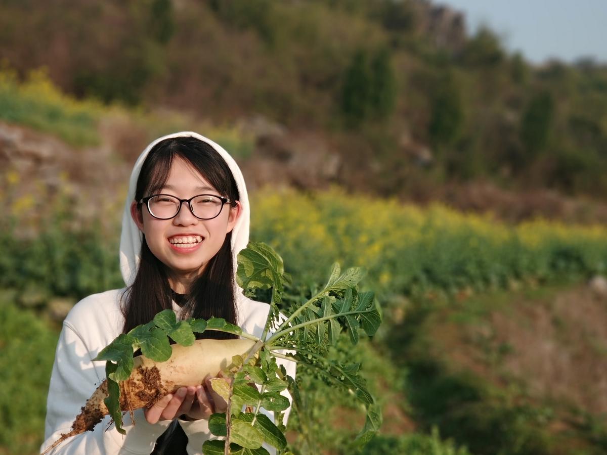 环工1702班刘思源在家帮助邻居拔萝卜
