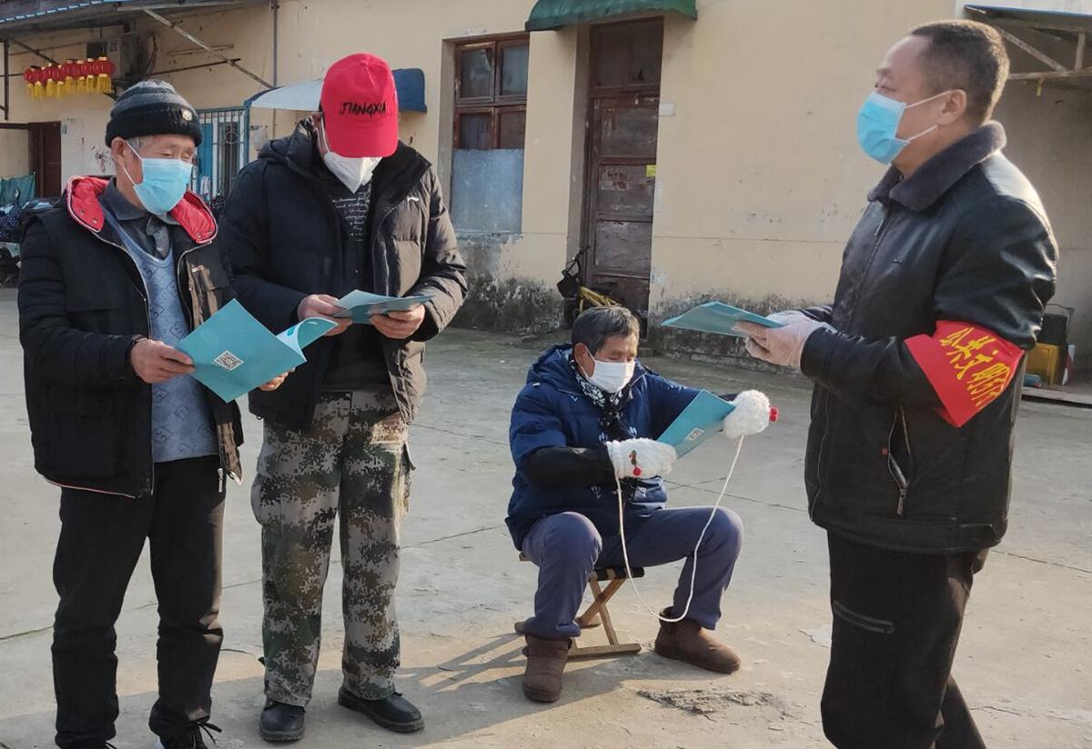1.2王根平(右一)在社区和居民讲解疫情防护知识