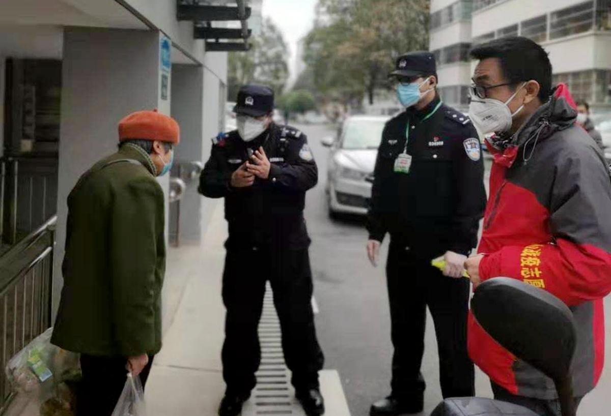 2.1肖万斌(右一)在社区了解居民生活情况