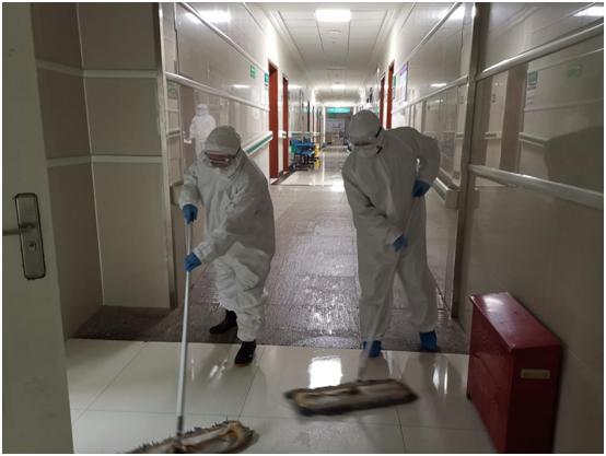 高晓丹、郑磊在校病院清洁消毒