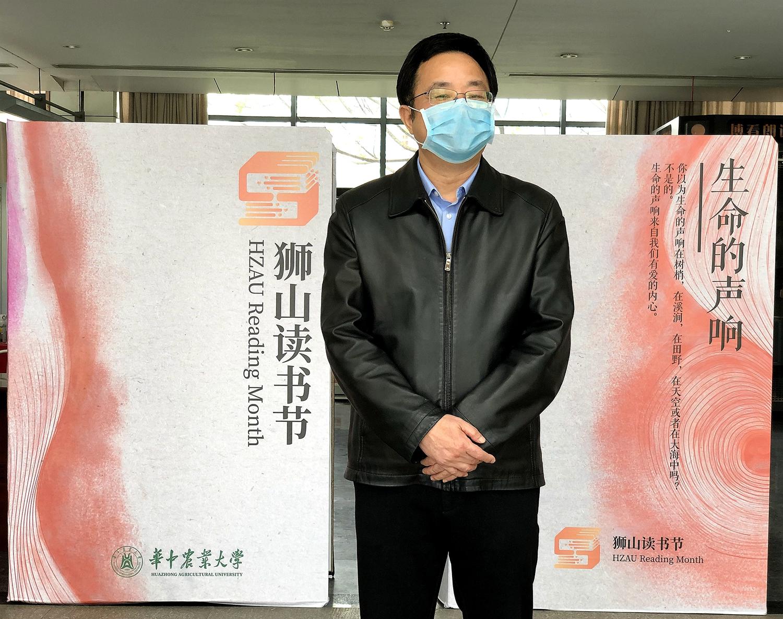 副校长青平宣布狮山读书节开幕