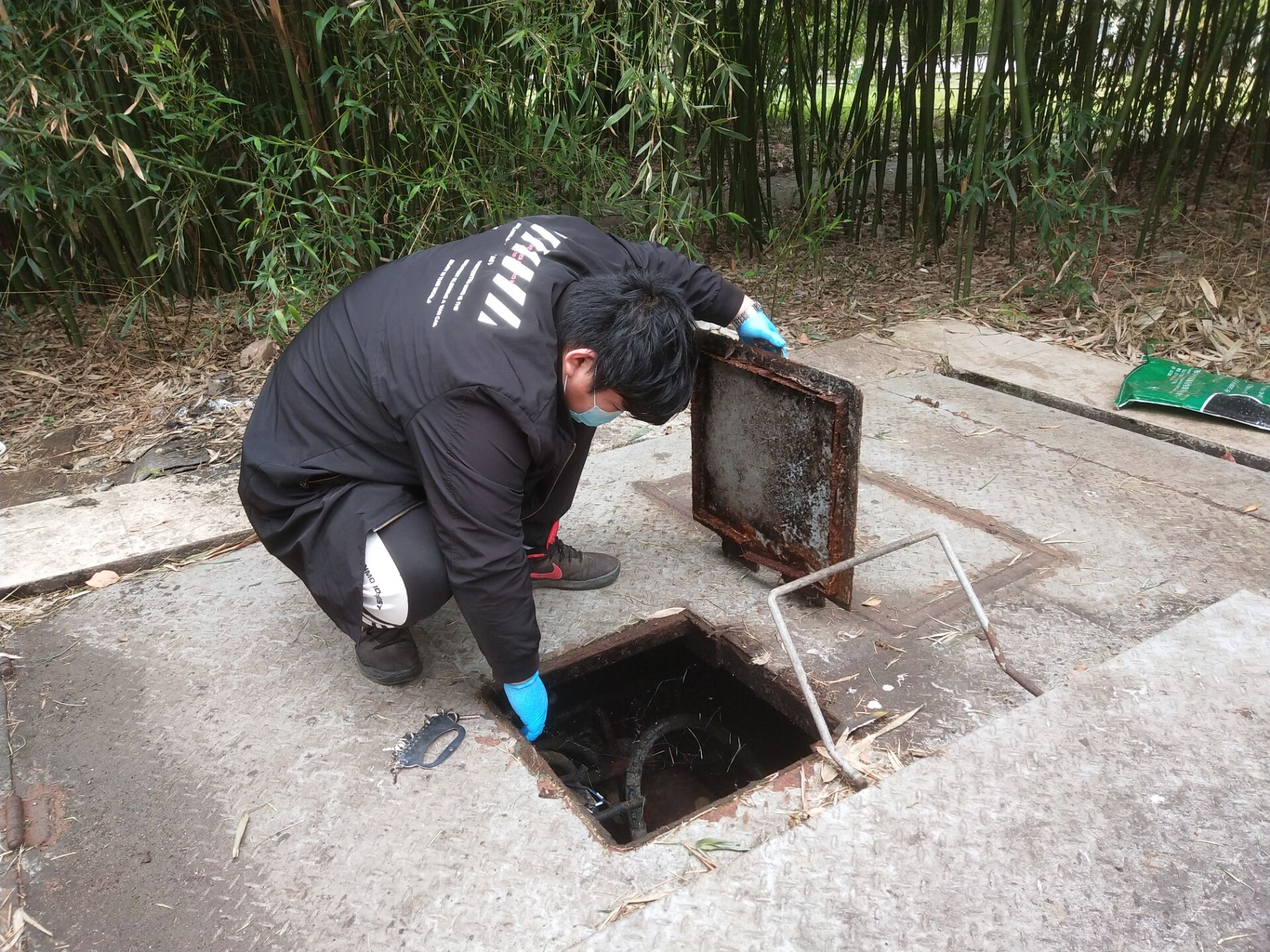 陈鹏检查学校地埋式垃圾站设备