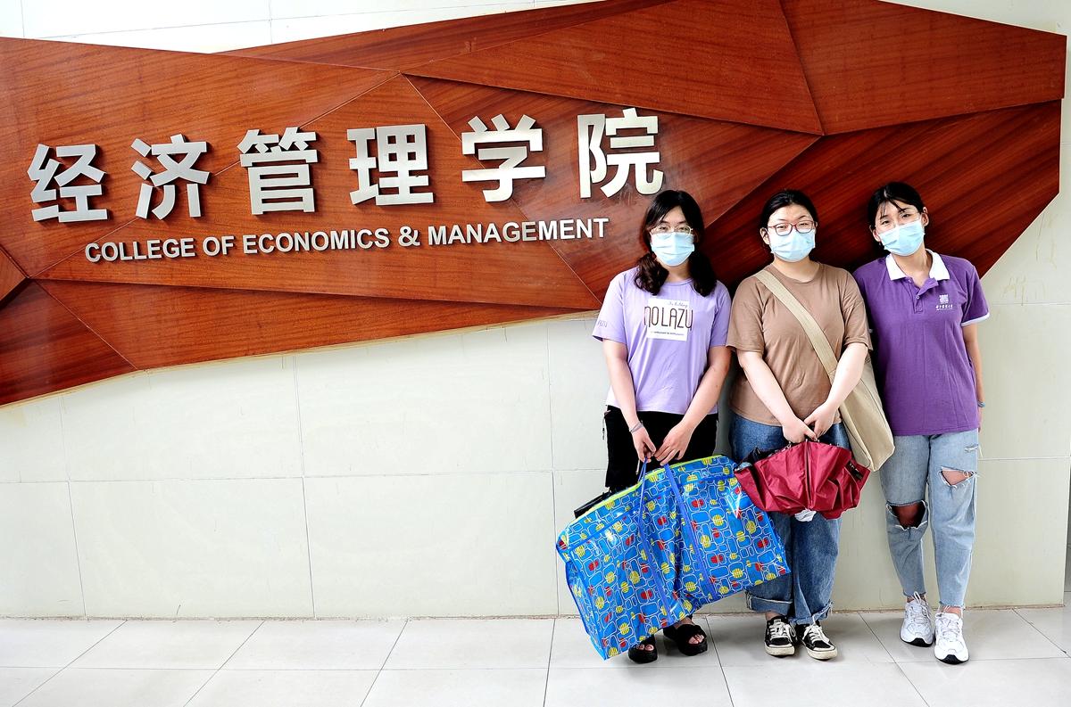6 张昊、高宏鑫、李文琦在学院前合影