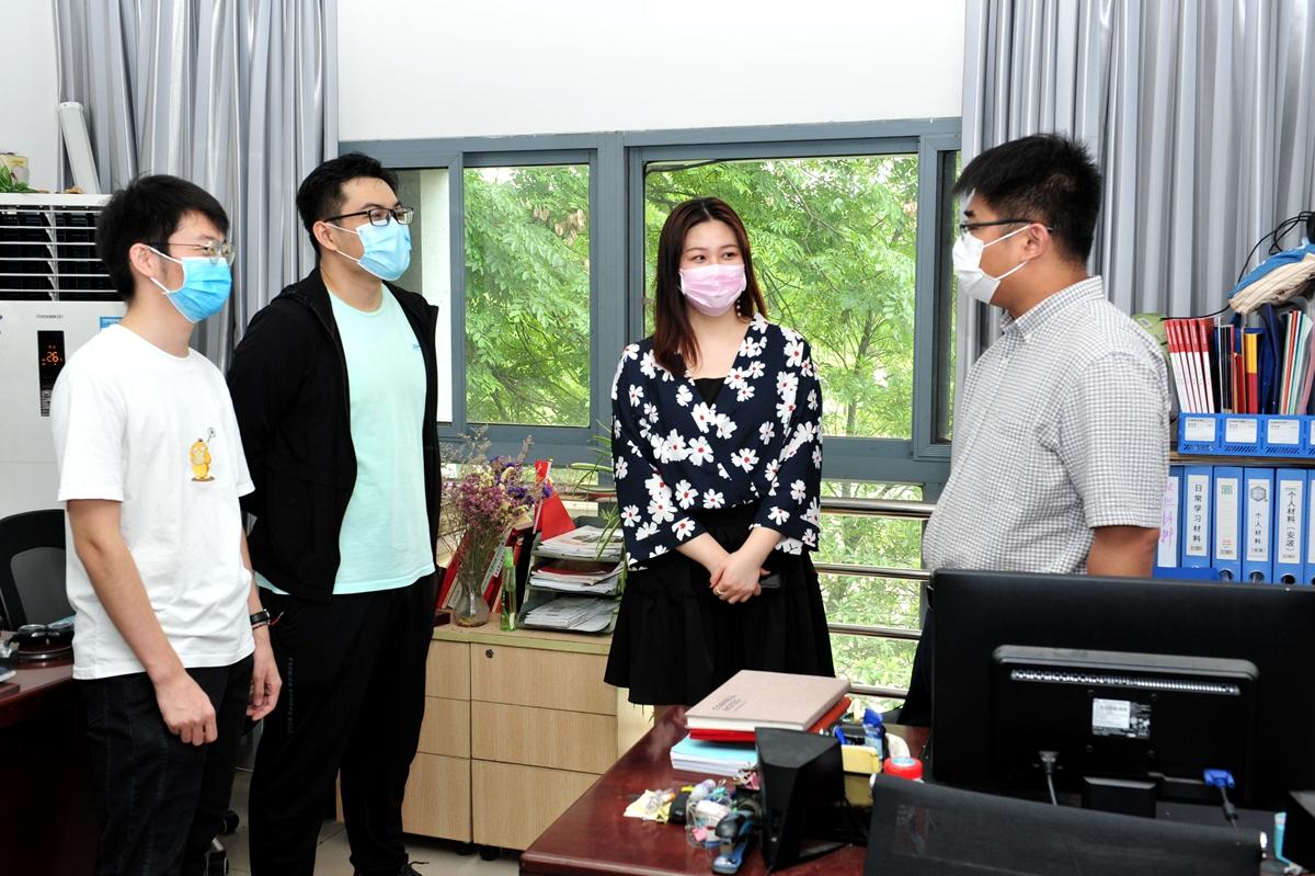 12 万浩然、李璐、倪含荞(从左至右)到学院看望辅导员安波(记者 徐行 摄)