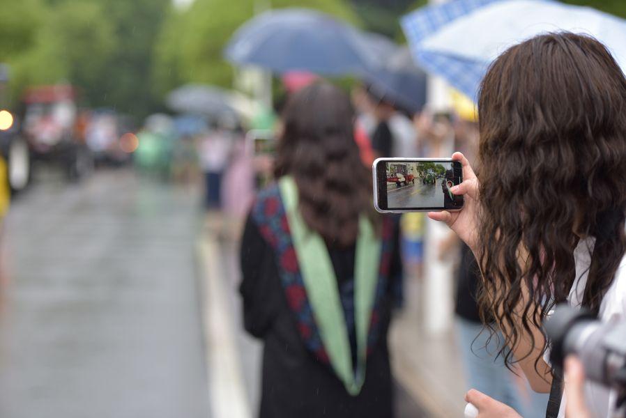 毕业生用手机视频记录美好一刻(刘涛 摄)