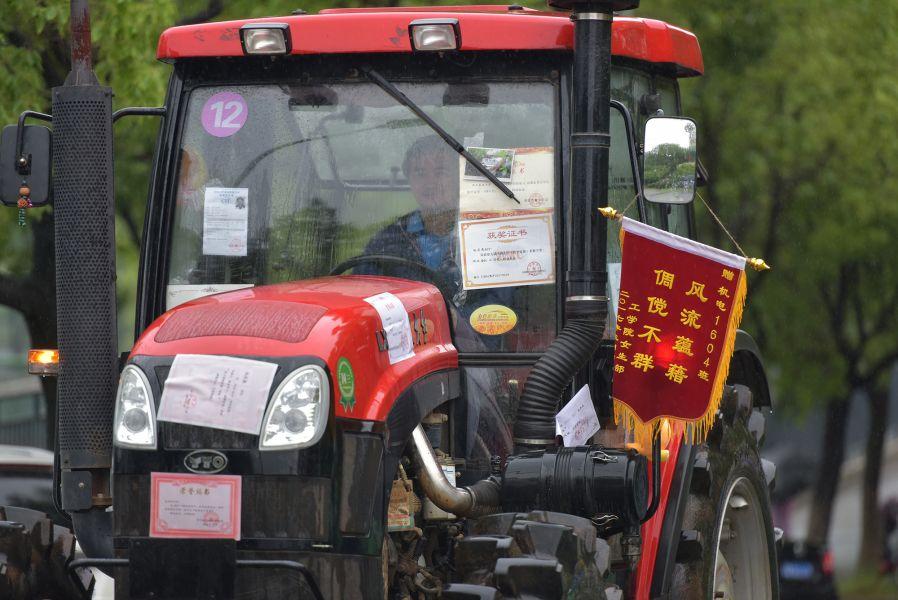 各种奖状也被毕业生们用来装点现代农机(刘涛 摄)