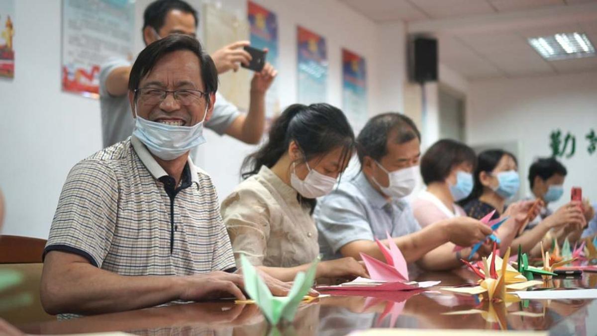 工学院纸鹤折叠现场充满了欢乐(翟明丽 供图)