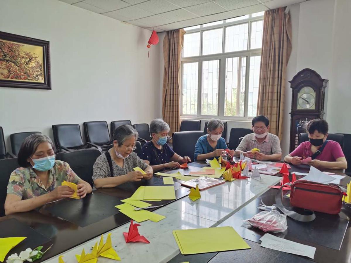 退休教职工、老年协会王长清等为毕业生折纸鹤(龙健飞 供图)