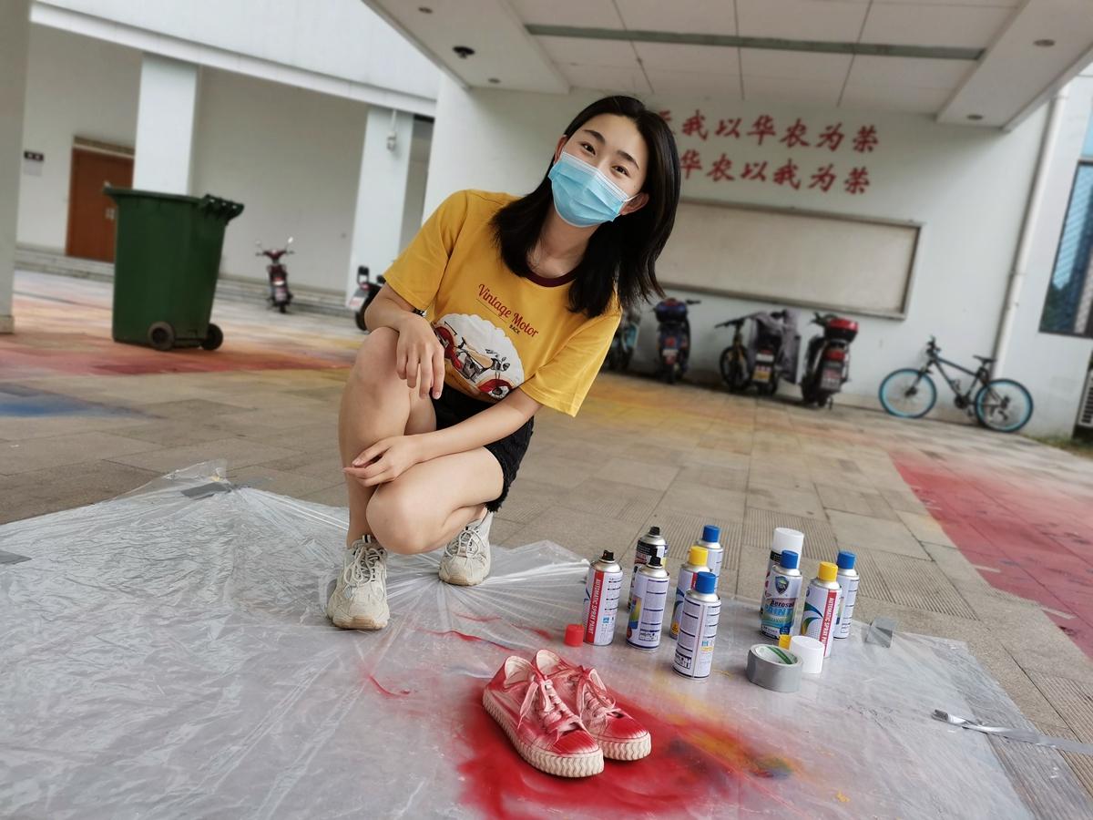 郭东灵将鞋子喷成红色