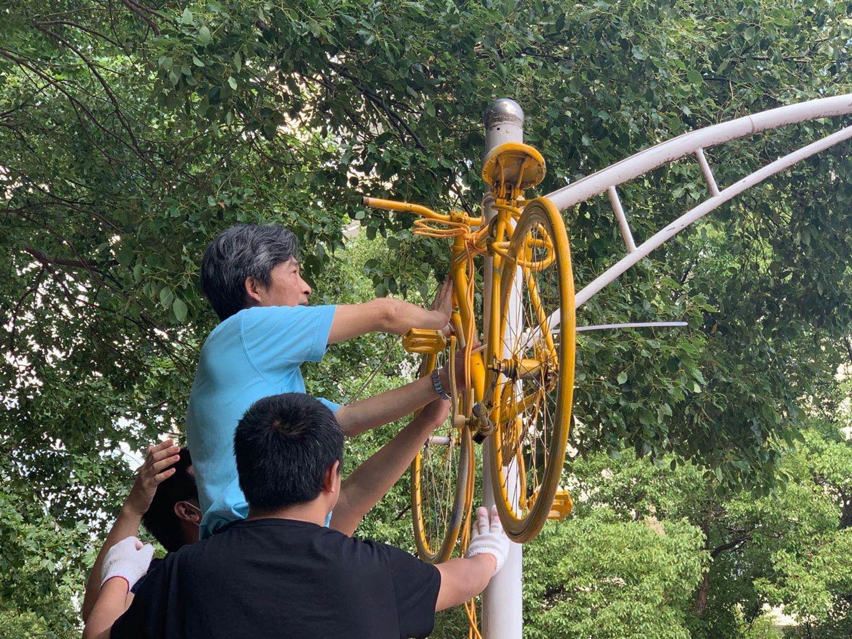 高翅书记在悬挂自行车