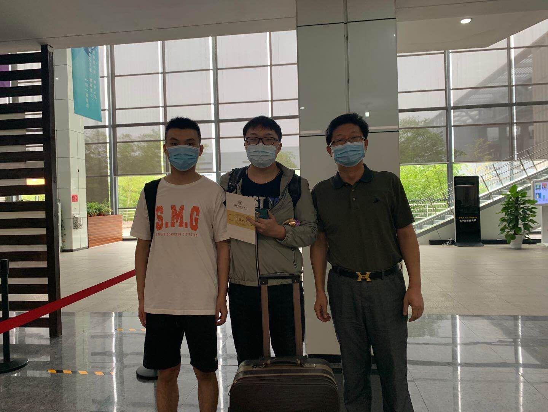 图书馆馆长甘霖(右)向贾智明、胡晨昊赠送捐赠纪念证书