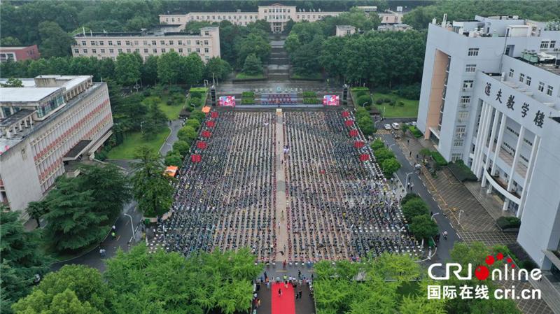 毕业生代表们在狮子山广场参加毕业典礼 摄影 马张弛