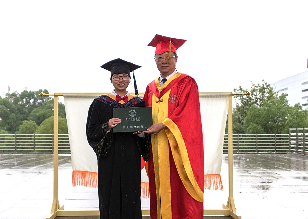 校长李召虎为耿龙妹颁发毕业证书