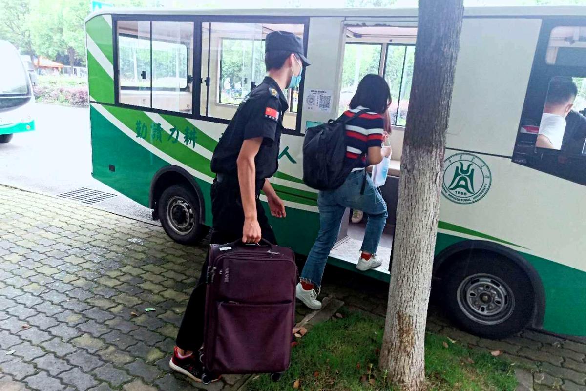 1工作人员主动帮助毕业生搬运行李(张智勇  摄)_副本