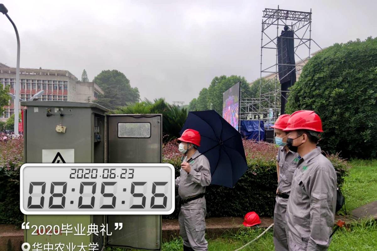 5工作人员保障毕业典礼电力供配(胡军  摄)_副本