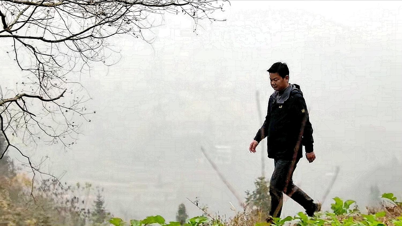 """""""第一书记""""杨胜勇走在扶贫的乡间小路上"""