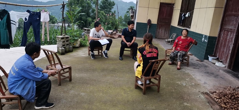带领村干部到八组杨兴才家了解住房维修资金问题